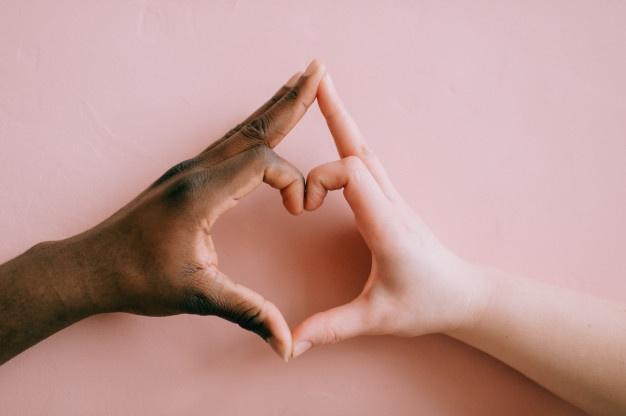 mani-in-bianco-e-nero-a-forma-di-cuore-concetto-di-amicizia-interrazziale_149066-1497